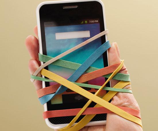 کلیپ مطالعه پیامک ها در هنگام راه رفتن ببینید موبایل با انسانها چه می کند؟