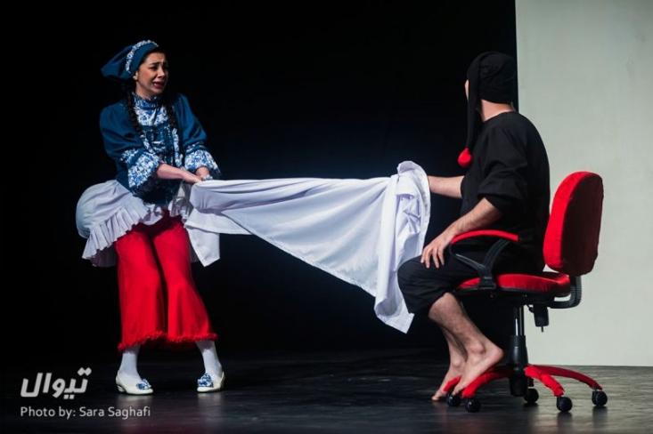 چه کسی اجازه ی اجرای این نمایش «مستهجن» را داده است؟ / تئاتری پر از رکیک گویی «جنسی» که روی نمایش های «لاله زار» را سفید کرد