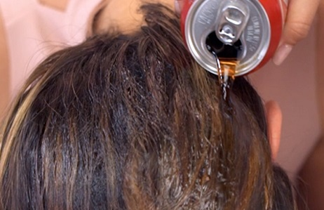 صاف کردن فوری مو در خانه با نوشابه