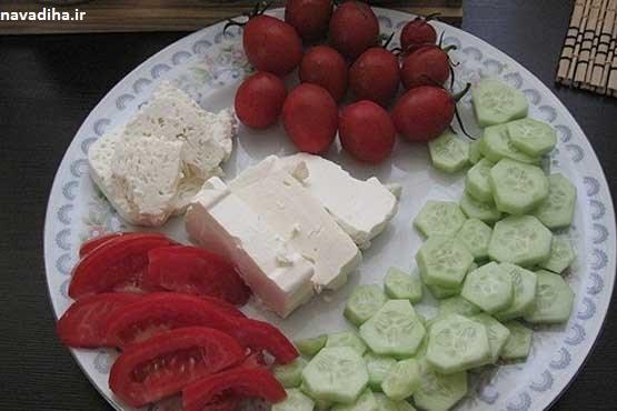 پنیر را همراه گوجه و خیار نخورید