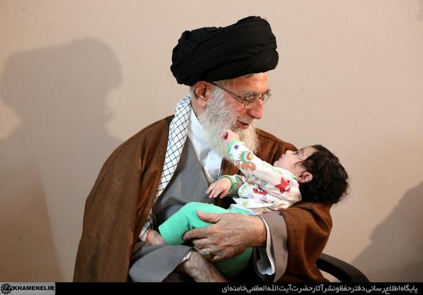 فیلم حضور رهبری در منزل شهید همدانی