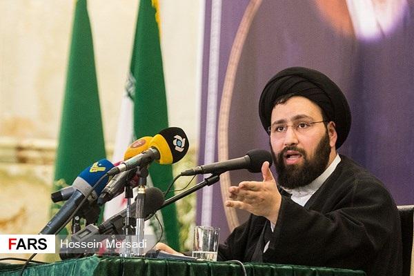 سید علی خمینی :زندگی رهبر نیز ساده است؛ پدر ما میگفت وقتی به خانه آقای خامنهای میرفتم فرشی که در زیر پایشان بود طوری بود که من به موکت پناه میبردم