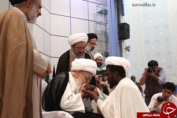 بوسه آیت الله صافی بر دست یک طلبه آفریقایی